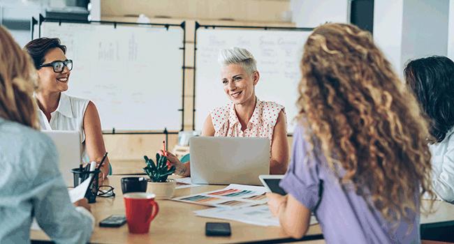 los trabajadores satisfechos desempeñan mejor sus labores en la empresa